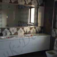 mobila-alba-baie-oglinda-perete-tapet-cu-flori