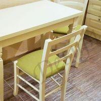 mobila-bucatarie-masa-scaune-dulap-blat-crem-deschis