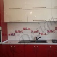 mobila-bucatarie-blat-rosu-chiuveta-cuptor-frigider-incorporat-1